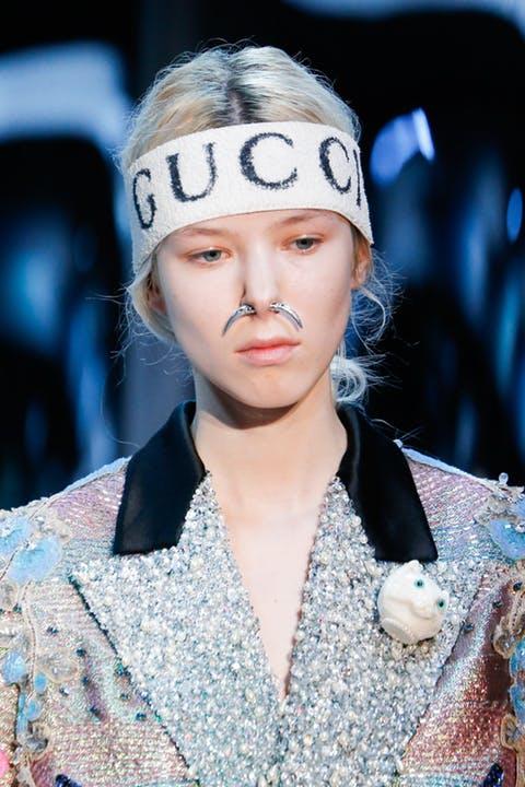 Gucci usou faixas em seu desfile