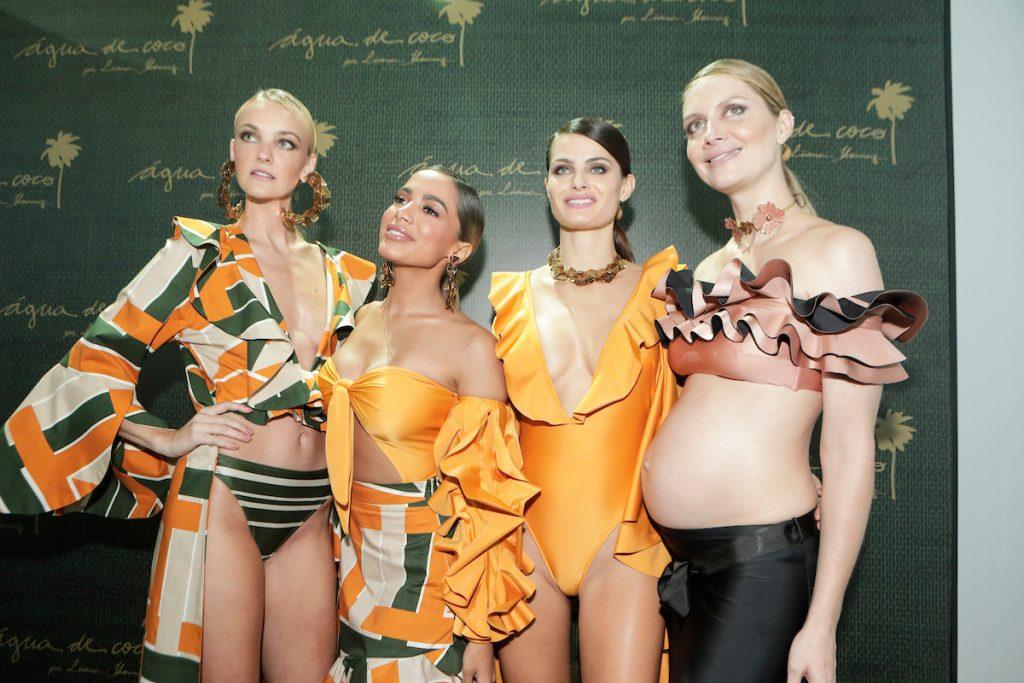 A cantora Anitta posa ao lado de modelos da Água de Coco no desfile da SP Fashion Week 2018