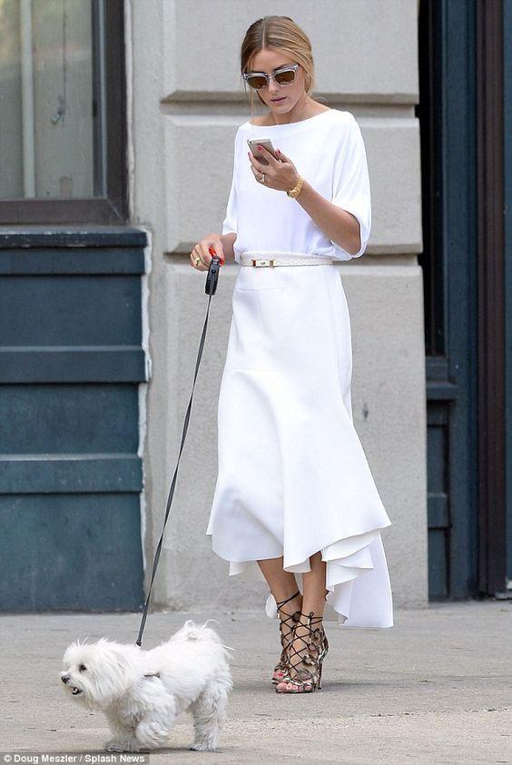 Mulher com vestido e cinto fino brancos