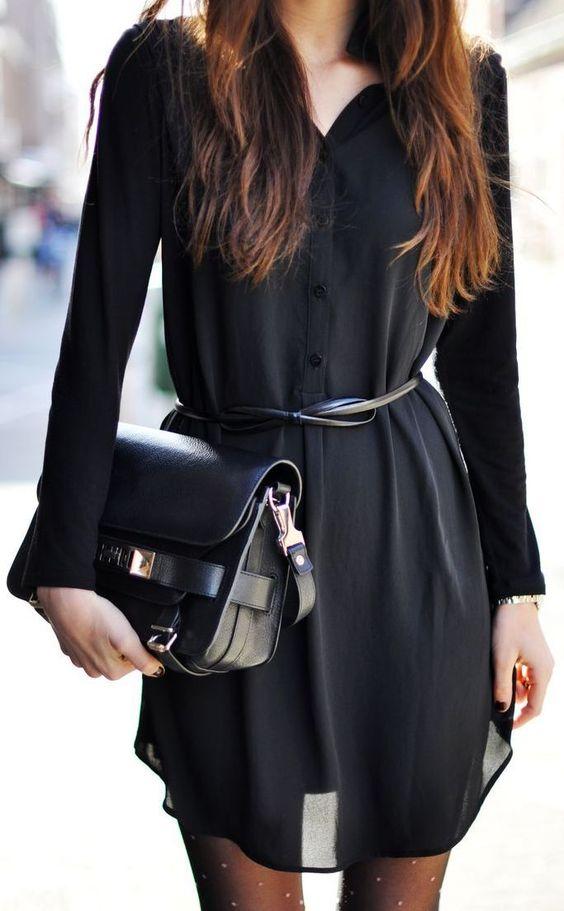 Mulher com camisetão preto e cinto fino
