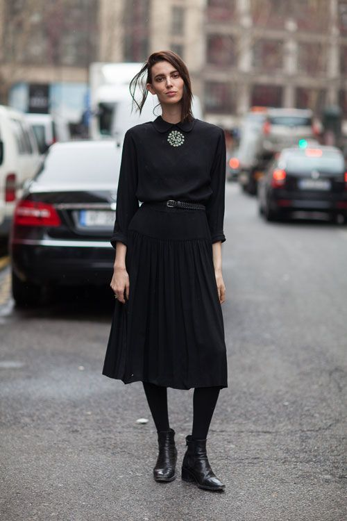 Mulher com vestido longo e cinto fino pretos