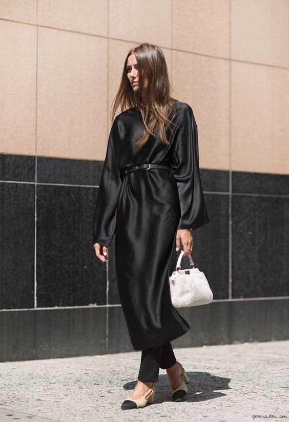 Mulher com vestido e calça preta e cinto fino