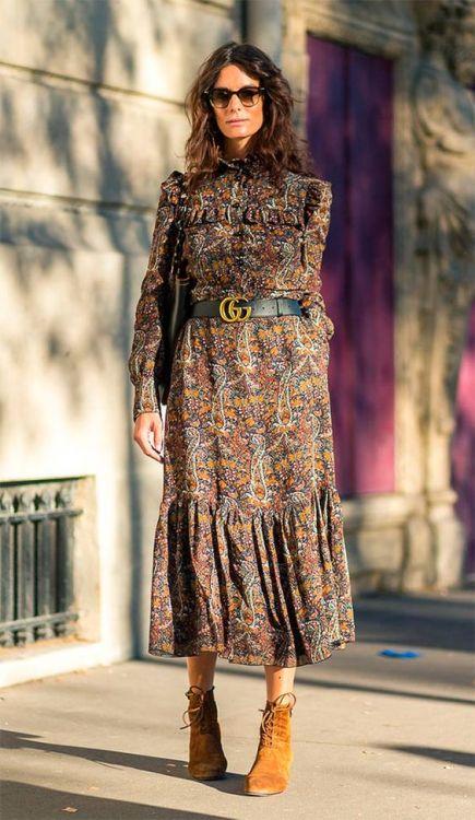 Mulher usando cinto com fivela da Gucci