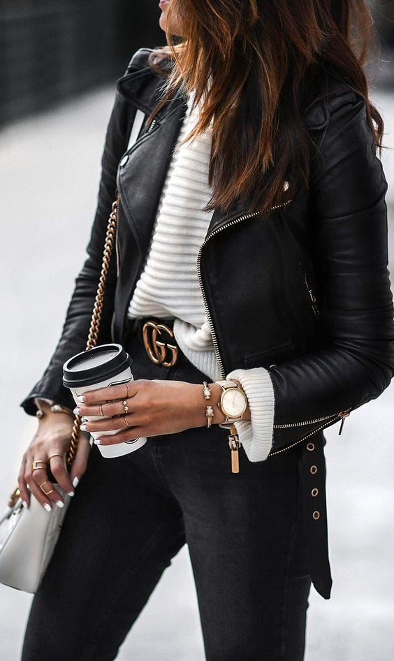 Mulher usando cinto largo com fivela da Gucci