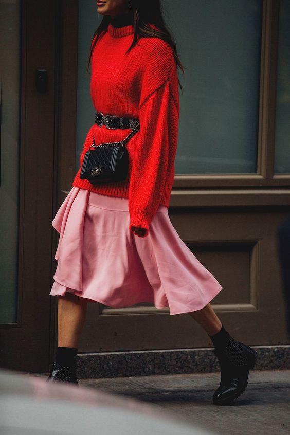 Mulher usando cinto com fivela com bolsa
