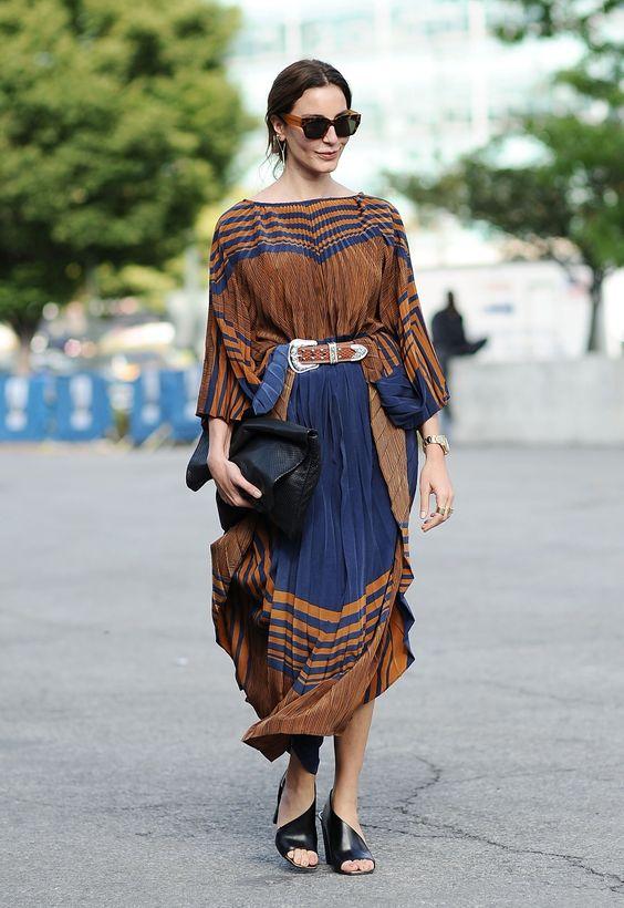 Mulher usando cinto com fivela prateada