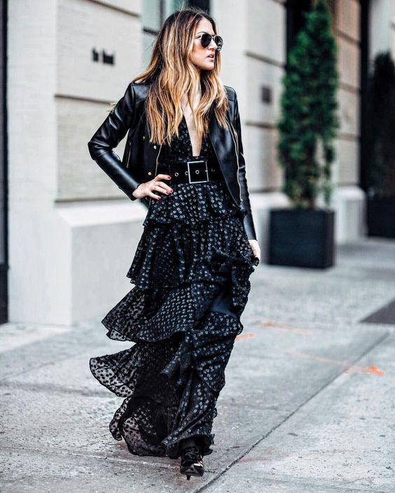 Mulher usando vestido e cinto com fivela quadrada