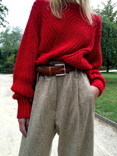 Close de mulher usando cinto com fivela quadrada