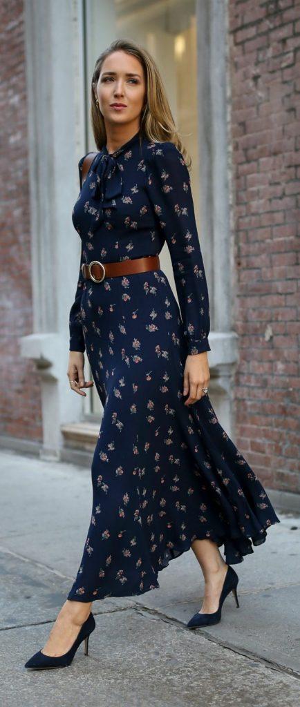 Mulher usando cinto com fivela redonda