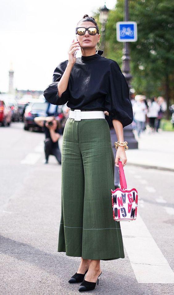 Mulher com calça verde e cinto largo branco