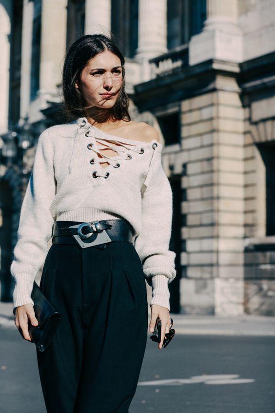 Mulher usando calça, blusa e cinto largo