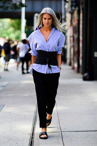 Mulher com cinto largo estilo corselet