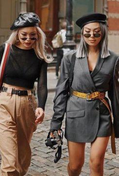 Duas mulheres e uma usando blazer com cinto longo por cima