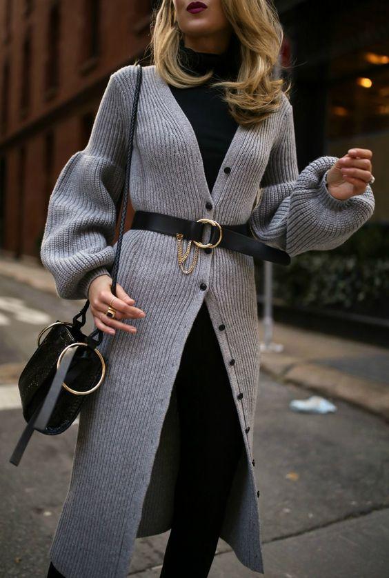 Mulher com cinto por cima do blazer longo